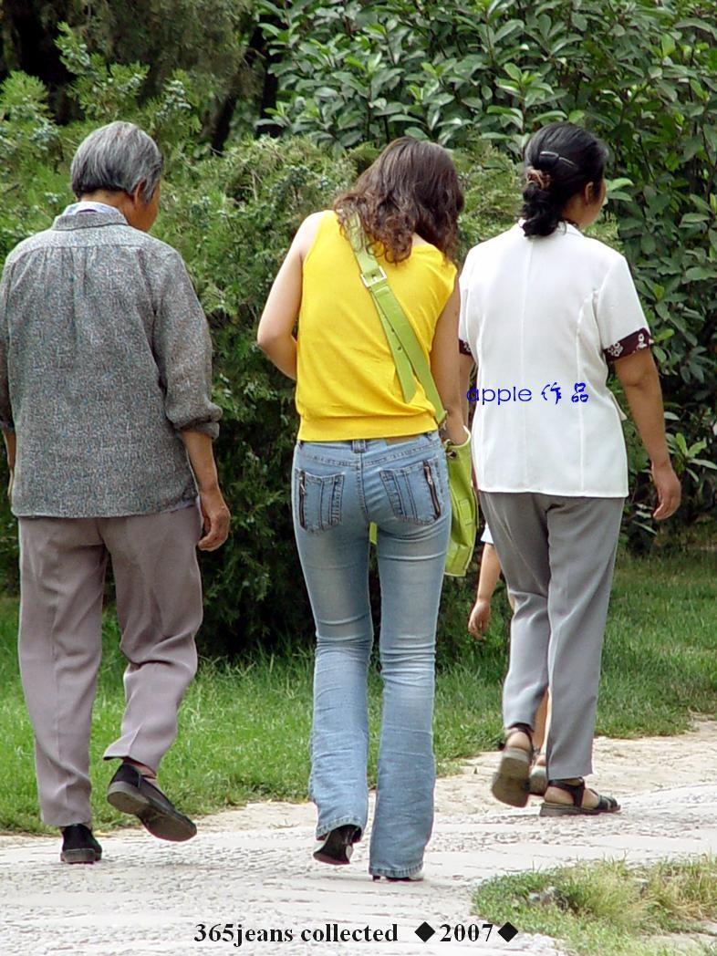 公园里的黄衣紧身牛仔妇 - 源源 - djun.007 的博客