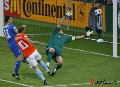 图文-[欧洲杯]意大利VS荷兰斯内德攻破球门瞬间