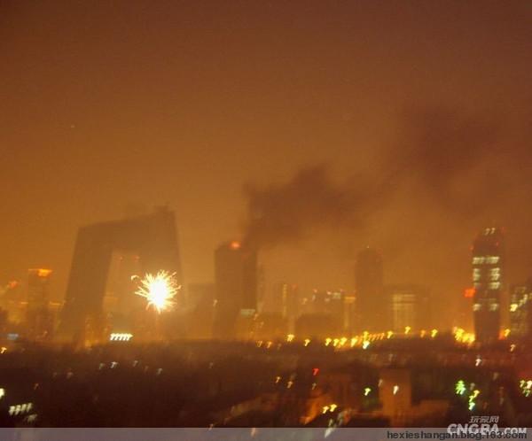 """央视新大楼""""大裤衩""""副楼发生大火 - zousuper - 媒事说说看"""
