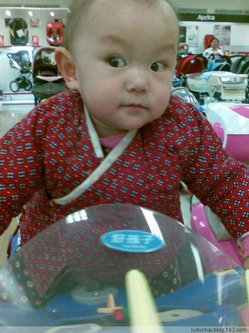 小美女新年出游购物