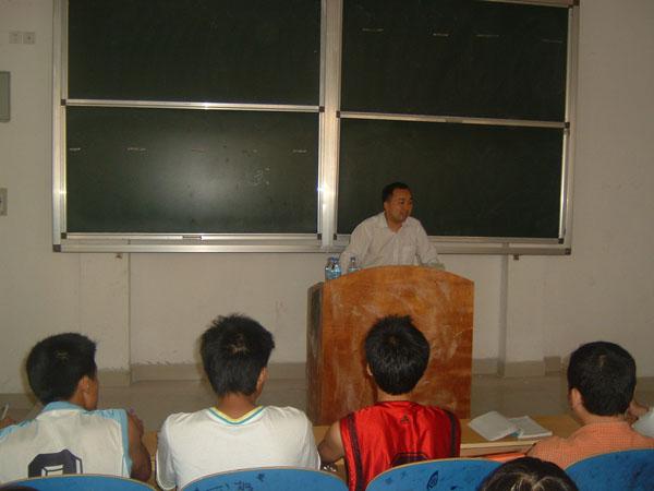 难忘的一堂课 土记者走上了大学讲台 彭建平