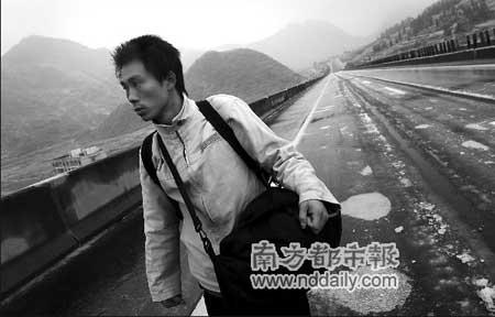两男子得知亲友被困 沿京珠高速步行寻亲(图)