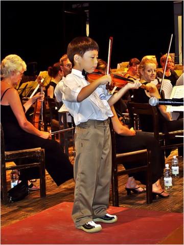 [原]塞国漫记·音乐会上的小提琴手  - Tarzan - 走过大地