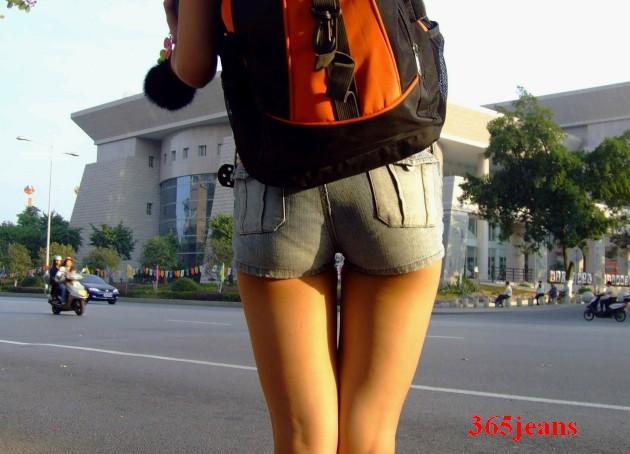 街拍白裤紧臀美女_性感白裤大图紧紧的性感白裤美女男生穿白色