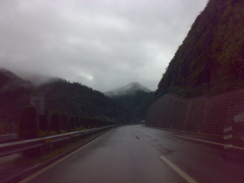 台风莫拉克:暴雨间歇的高速风景 - 农妇山泉 - 搞死熊猫   我就是国宝