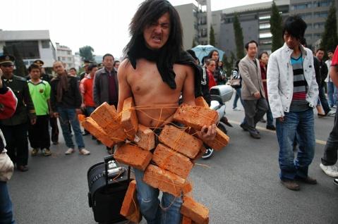 以身觀身──中國行為藝術文獻展2008评选结果 - 安静的电吉他 - 王军 行为艺术