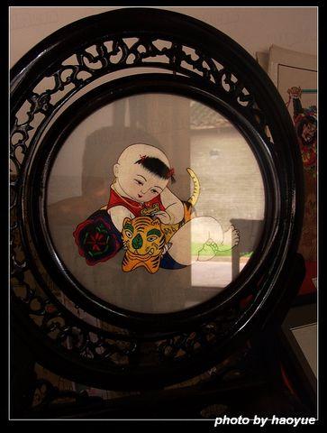 安仁古镇 漂亮的刺绣女和她的作品图片