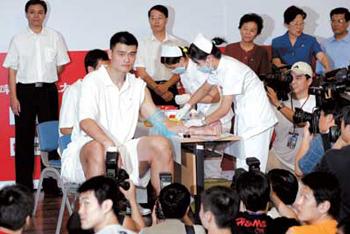 [感人故事]姚明和一个白血病男孩的故事 - 北京之家 - 北京红十字造干志愿者之家