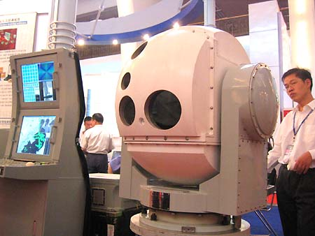 图文:022艇装备的OT-3光电跟踪仪观测装置