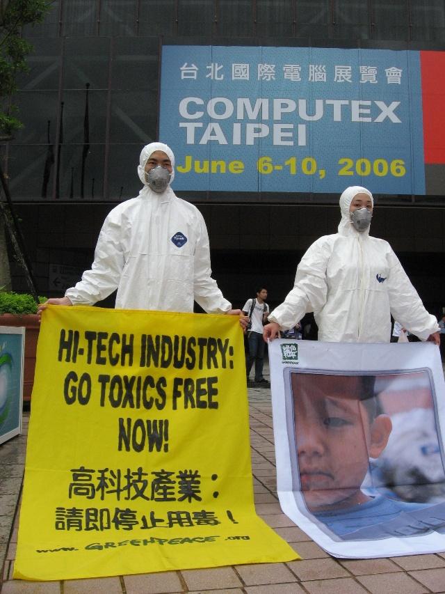 绿色和平用行动呼吁高科技产业停止在产品中使用有毒原料,从源头控制有毒电子垃圾。