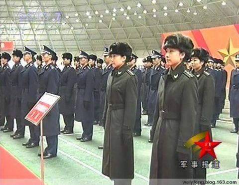 穿着07式新大衣的中国军人 解放军开始换发07式干部冬常服 图图片