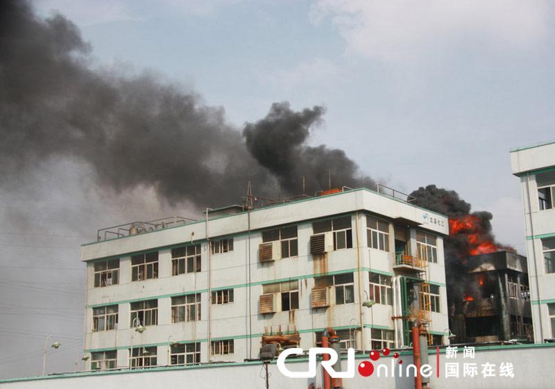 南京龙溪化工厂发生大火现场黑烟滚滚(高清组图)