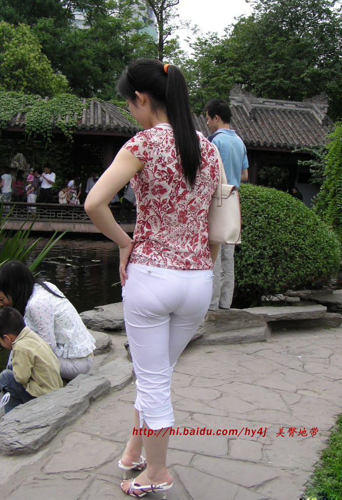 街拍白裤紧臀美女_街拍超短紧臀裙风光图片免费看