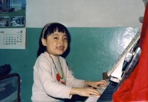 女儿七岁时弹琴的照片 1991-02