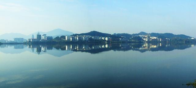 水上城市--黄石对岸左侧黄石政府大楼.右侧临湖是黄石理工学院