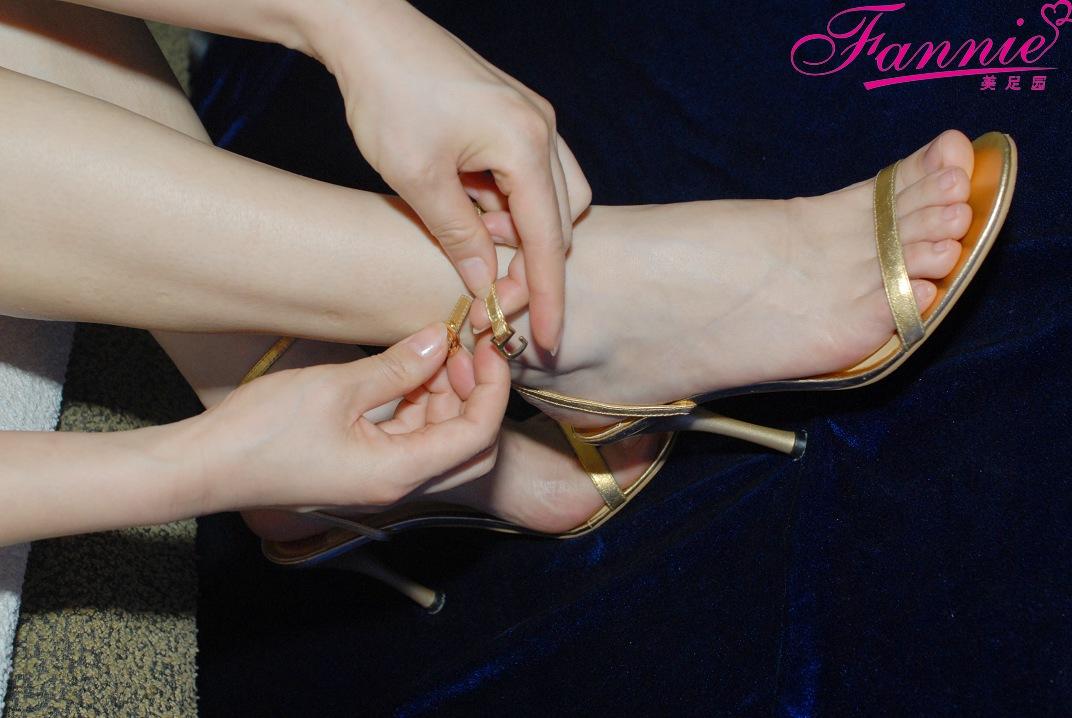 【极致高跟魅惑】== 金色的旋律 == 《一》 - 喜欢光脚丫的夏天 - 喜欢光脚丫的夏天