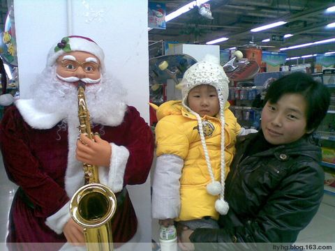 和圣诞老人合影(大东方超市) - 梁箫 - 梁箫