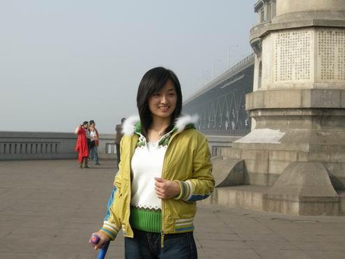 酷似山口百惠:残疾女孩红红在武汉(组图) - 陈清贫 - 魔幻星空的个人主页