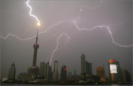 上海接连遇暴雨狂风全市发5次灾害预警(组图)