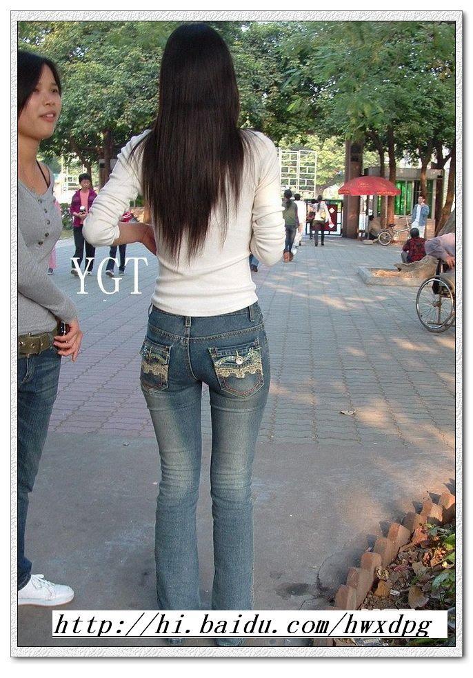 细腰翘臀:秀发飘逸的牛仔紧臀mm