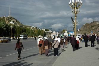 清晨涌向布达拉宫朝拜的藏民