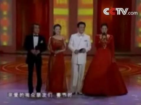 ...春晚舞台.   2002年央视春节联欢晚会李咏与   现场观众发...