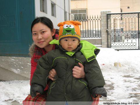 外面很多邻居已经在扫雪了,还有些小孩堆了三个雪人了.毛毛只在画图片