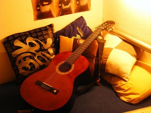 每个人都有一把不会弹的吉他 - .貓 - 某貓的舊電視鋪子。