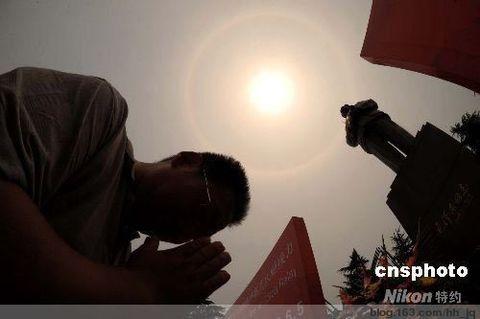 ...毛岸平在毛泽东故居门前传递了圣火.在韶山的奥运圣火传递...