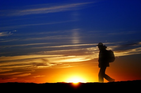 """和静静明月:咏""""夕阳下的跋涉者"""" - 泰山一石(老驴在途) - 泰山一石(老驴在途)的珍藏"""