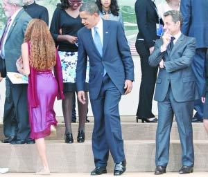 """在图片拍摄瞬间,奥巴马的确有偷窥的""""嫌疑""""。"""