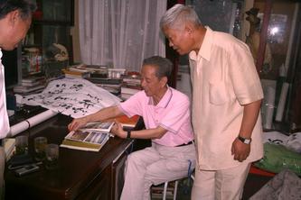 袁明英和张晓峰为北大杨辛教授祝贺米寿
