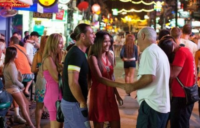 灯红酒绿的泰国红灯区,引来无数外国人寻欢作乐(组图) - 刻薄嘴 - 刻薄嘴的网易博客:看世界