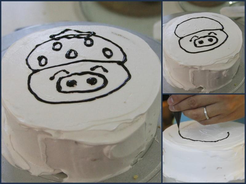 悠宝看爸爸妈妈在蛋糕上画画