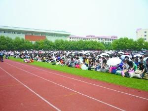 近千名学生在操场上对老师行跪拜礼。 本报记者 常宇 摄