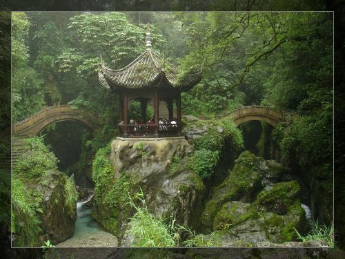 相传为当年僧人为迎接清康熙大帝 桥头的雕饰是古色古风的人面.