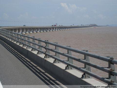 东海大桥 长四十公里,是连接大小洋山深水港的纽带