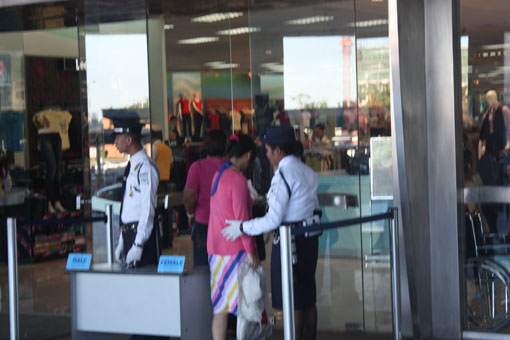 菲律宾-进大商店之前先要做什么?(组图) - 徐铁人 - 徐铁人的博客