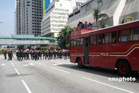 吉隆坡爆发近年最大游行 警方出动直升机制止 - 马来西亚综合新闻网  - 马来西亚综合新闻网
